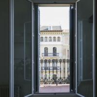 Puertas abiertas: diseño en blanco, baldosa hidráulica y mucha luz en una casa en Barcelona