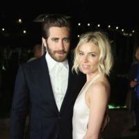 ¿Tienes un traje azul marino y una camisa blanca en tu armario? Si lo luces como Jake Gyllenhaal serás el rey