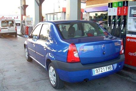 Dacia Logan en gasolinera