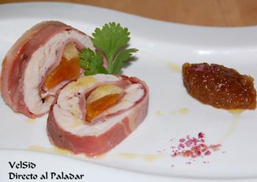 Rollitos de pollo con jamón, orejones y cebolla caramelizada