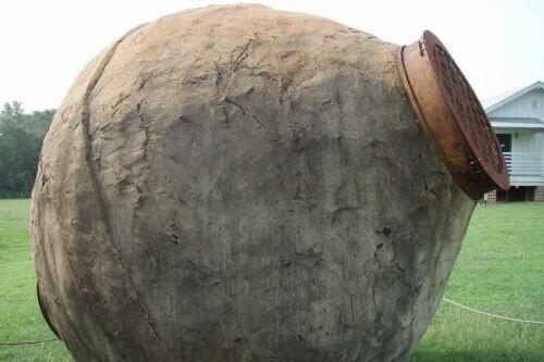 Estas extrañas bolas de hormigón de 7 toneladas se usaban para extraer oro y ahora puedes verlas en un museo