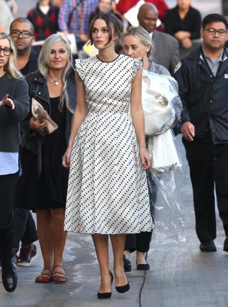 Keira Knightley vestido blanco topos Jimmy Kimmel Live