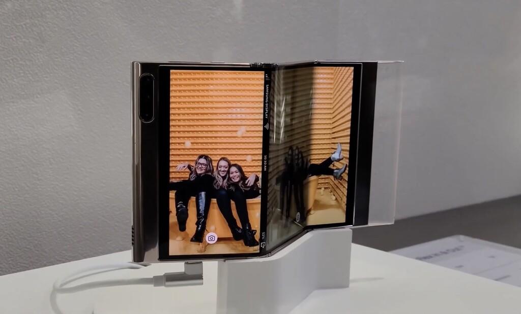 Samsung muestra en acción su prototipo de pantalla con varios pliegues: su idea para los móviles del futuro