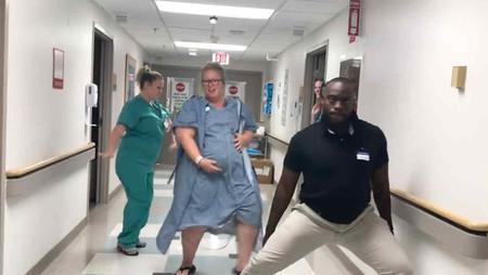 Se marca un baile en el pasillo del hospital para ayudar a nacer a su bebé