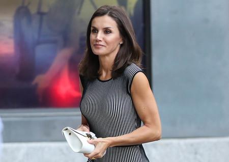 Doña Letizia combina a la perfección el blanco y el negro en su último (y repetido) look