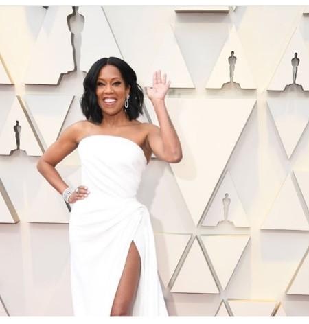 Premios Oscar 2019: Regina King pisa la alfombra roja con un precioso vestido de novia