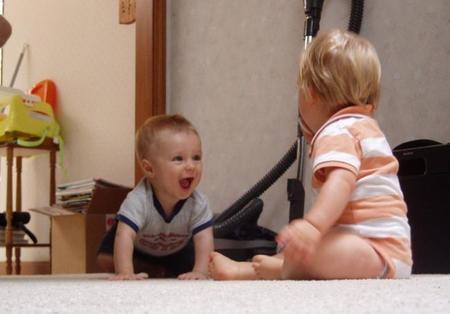 bebés jugando en el suelo