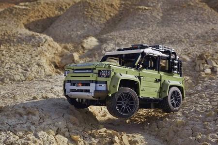 ¡Alucina! El Land Rover Defender de LEGO tiene más de 2.500 piezas, tres diferenciales y suspensión independiente