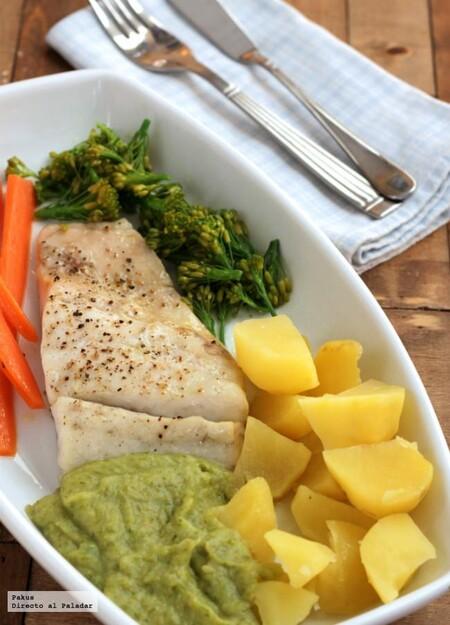 Merluza al papillote con zanahorias, bimi y su crema, la receta ligera de pescado para la cena