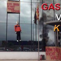 Un maniquí ahorcado y pancartas mal escritas para recibir a KTM en la fábrica de Gas Gas