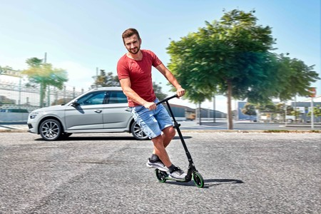 Škoda también se atreve con la movilidad urbana sostenible con un patinete plegable no eléctrico, por 110 euros