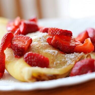 Desayuno perfecto para sorprender a tu pareja este Día del Amor y la Amistad: Crepas dulces de Nutella con fresas. Receta fácil