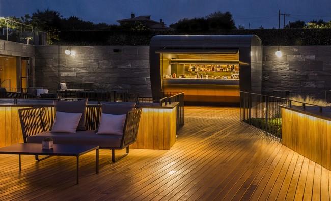 El estudio de arquitectura Mecanismo, sorprende con una original barra exterior en el hotel Akelarre