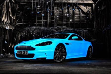 Con este Aston Martin DBS que brilla en la oscuridad, no pasarás desapercibido de noche