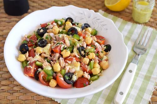 Ensalada de garbanzos con salmón de lata: receta ultra rápida para comer saludable en casa o de táper