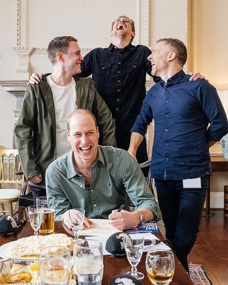 El campechano príncipe Guillermo monta un pub en el Palacio de Kensington para recibir a la BBC con unas cervecitas: un auténtico 'protocolexit'