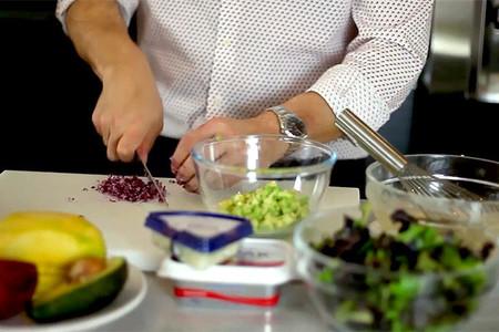 Mario Sandoval preparando una ensalada