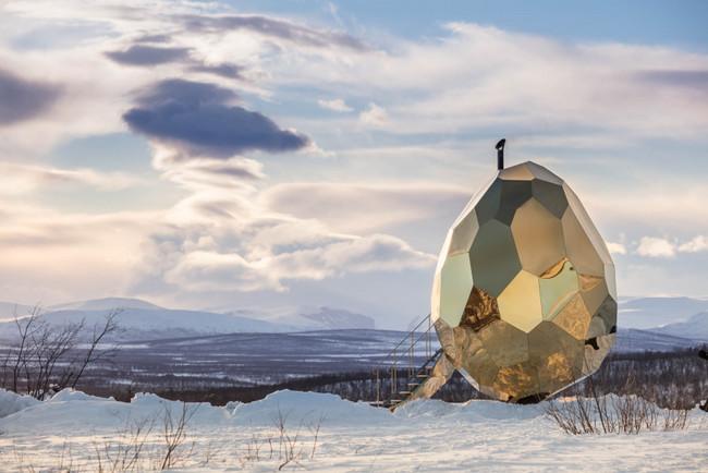 Un escultórico huevo dorado e inoxidable instalado en medio de las pistas de esquí de Luossabacken