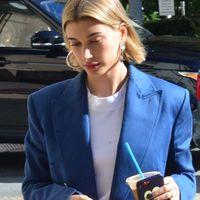 """Hailey Baldwin firma el look en azul klein que nos solucionará los """"qué me pongo"""" de cada día"""