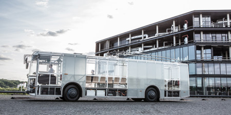 Este autobús además de ser eléctrico, usa energía eólica y posee un diseño traslucido