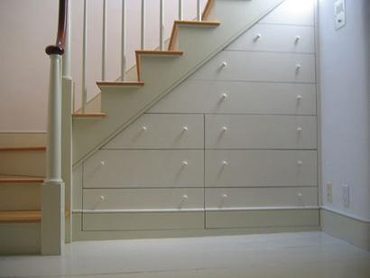 Una buena idea: Una cajonera para aprovechar el espacio bajo la escalera