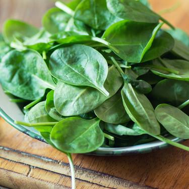 Todo sobre la espinaca: propiedades, características y cómo cocinar esta verdura de temporada (con recetas incluidas)
