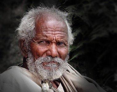 ¿Por qué la gente pierde estatura al envejecer?