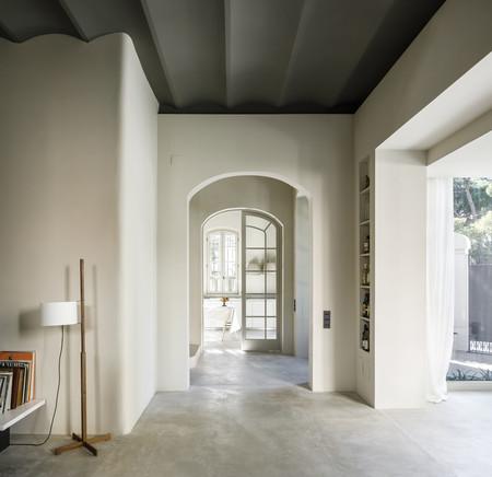 La rehabilitación de una casa modernista en Barcelona con un interior minimalista y equilibrado