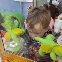 ¿Cómo puede un niño de tres años quedarse atrapado en una máquina de peluches?
