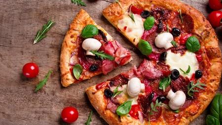 Cómo calentar una pizza fría para conservar su suavidad y frescura, según la famosa pizzería Roberta de Brooklyn