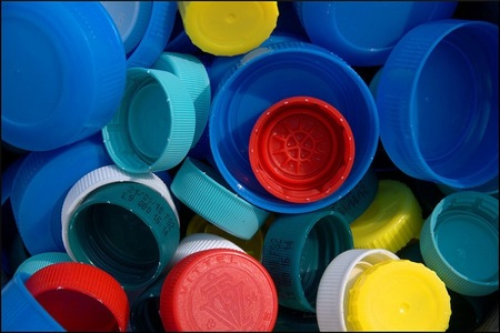 Los tapones de plástico y el uso solidario de su reciclado