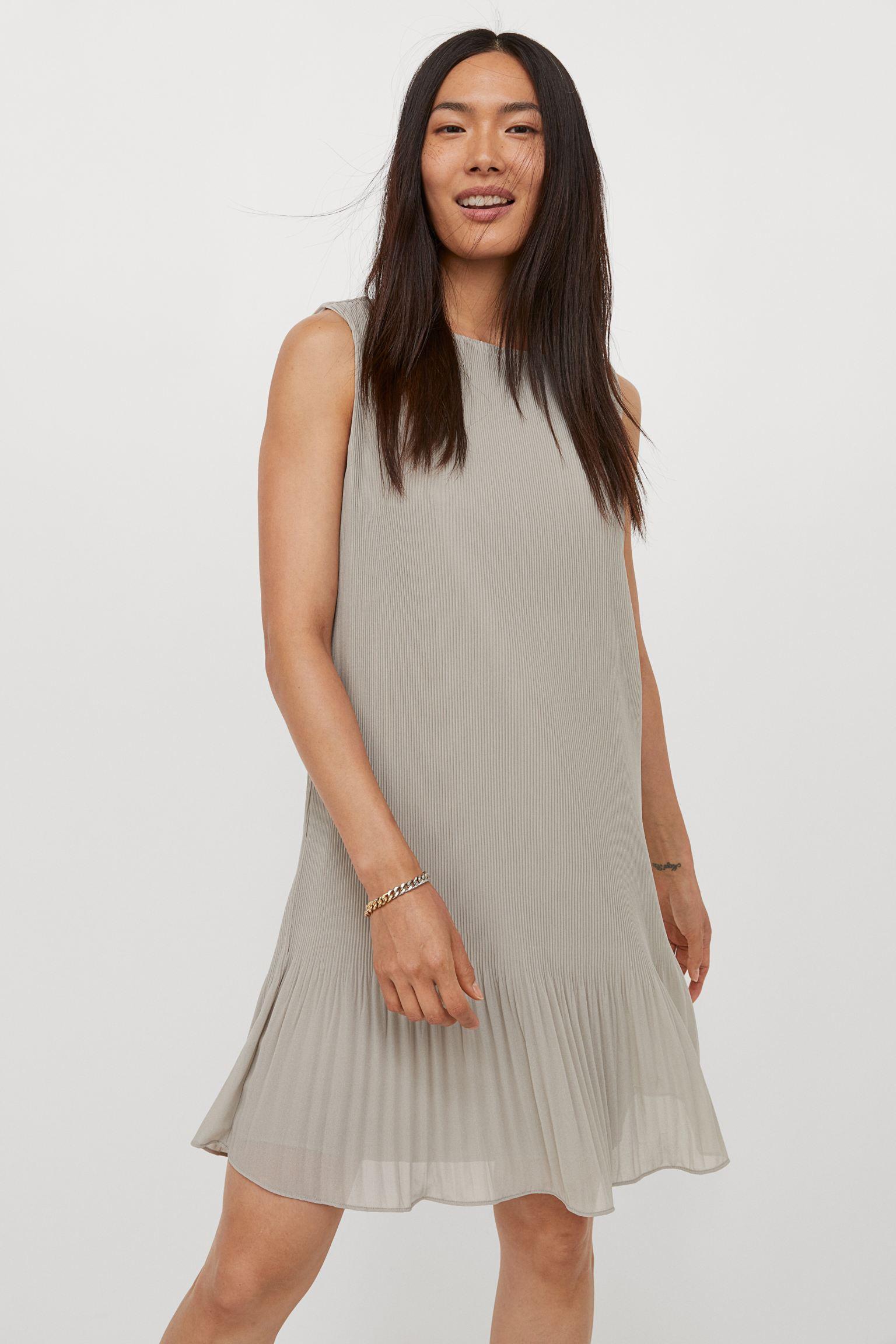 Vestido corto sin mangas en gasa plisada vaporosa