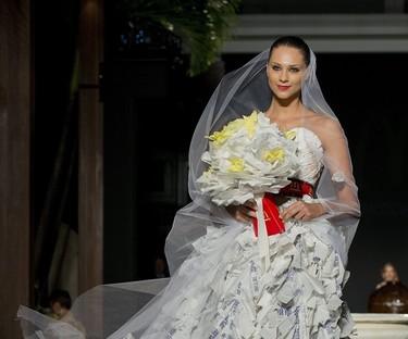 Casarte con un vestido de novia made in McDonald's, el colmo del reciclaje