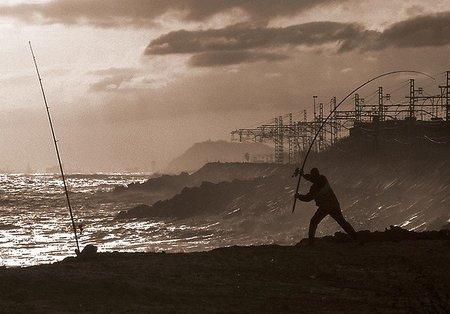 Pescador, cerca de la vía del mar