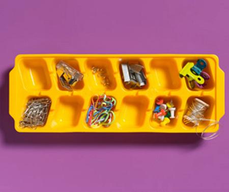 Una buena idea: utiliza una cubitera como organizador de escritorio