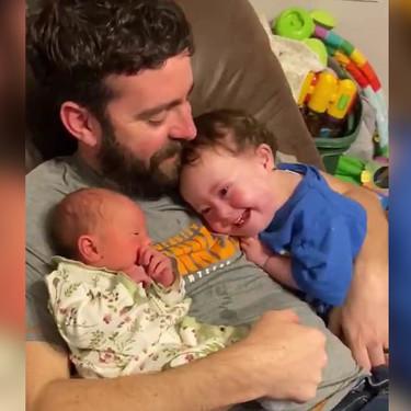El precioso vídeo de un niño con Síndrome de Down, completamente enamorado de su hermanita recién nacida