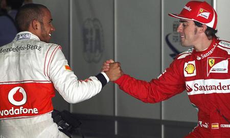 Lewis Hamilton cree que Fernando Alonso luchará por el título