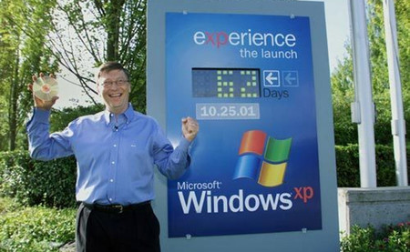 Bill Gates en el momento de entrega de Windows XP a los fabricantes