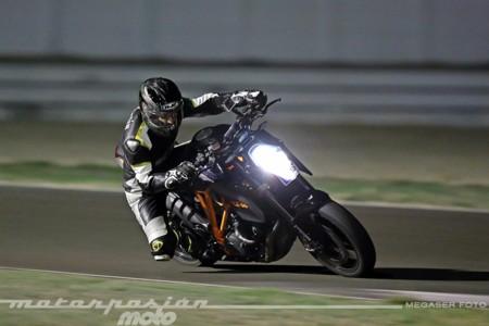Una KTM 1290 Super Duke R, el Circuito de Albacete y la noche. Cara a cara con la bestia