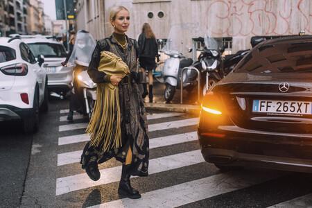 Tres ideas del street style para llevar los vestidos de verano con jerséis debajo y aprovecharlos hasta en Navidad