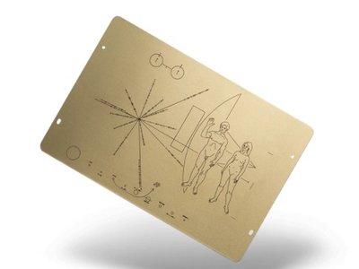 Estas copias de la placa de las sondas Pioneer pueden decorar tu casa