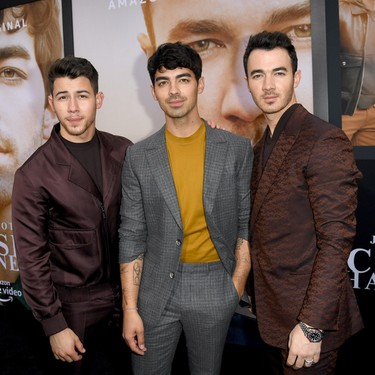 Casi llega el verano, pero los Jonas Brothers nos muestran cómo vestirnos en invierno en sus últimos looks