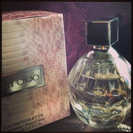 Eau de toilette Jimmy Choo, rosa de té y orquídea negra le dan un toque sofisticado: Lo probamos