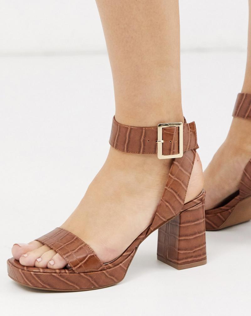 Sandalias de tacón con plataforma y diseño de efecto cocodrilo en color tostado Hopscotch de ASOS DESIGN Wide Fit