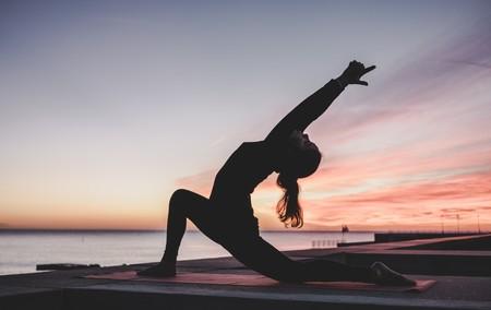 Estas son las lesiones a las que te expones si practicas yoga y así puedes evitarlas
