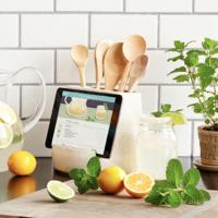 Admitámoslo, la tablet se ha convertido en compañera inseparable en la cocina