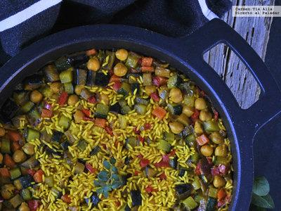 Cazuela de arroz especiado de verduras y garbanzos. Receta vegetariana