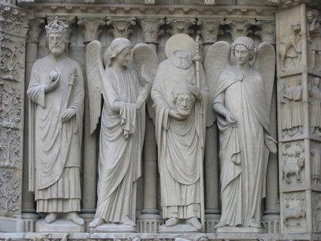 Saint Denis sin cabeza en Notre Dame.