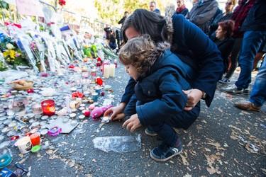 Un padre explica a su hijo que las flores pueden más que las armas tras los atentados de París