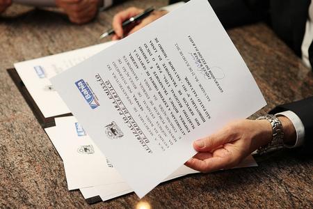 ¿Por qué se identifica al titular real en los actos notariales?